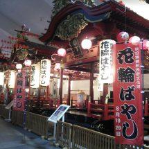 道の駅かづのの「祭り展示館」のながさ、花輪ばやしで使う屋台が展示されでらす。