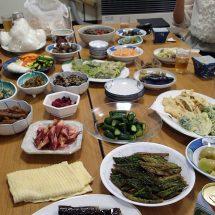 三ツ矢沢で地域の特産品になる漬物つぐるべって持ち寄った漬物の食べ比べやったす。