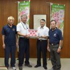 JAかづのの北限の桃の生産部会の父さんだぢ、今年の桃の収穫と作柄の報告に市役所さ来たす。