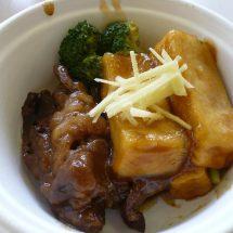 秋田栄養短大の生徒さんだぢ考えだかづの牛使った新しいメニューの調理実習やったす。