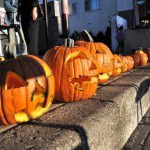 商店街のハロウィンイベントで子供だぢ、かぼちゃのジャックランタンつぐったす。