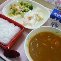 松館でつぐった菜種油どが鹿角産りんご、野菜をいっぺえ使った給食出だす。