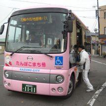 鹿角のまぢ走るバスあるす。
