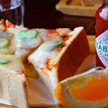 クイーンのピザトーストだす。厚切りのパンさ、チーズいっぺえ乗っかってらす。