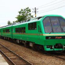 リゾートトレイン「kenji号」が『アカシアまつり号」さなって、花輪線どご走るんだど。