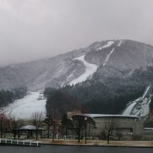 昨日は午後がらゆぎ降ってきて山の上の方だば白ぐなってあったす。