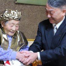 100歳なった人のどごさお祝いに行ったす。