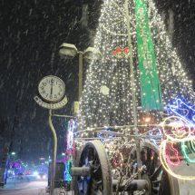 花輪のえぎ前さおっきなクリスマスツリー点灯さいでらす。
