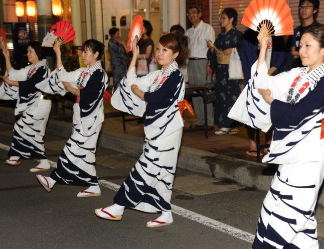 花輪祭の締めを飾る『花輪の町踊り』が開催中だすよ!